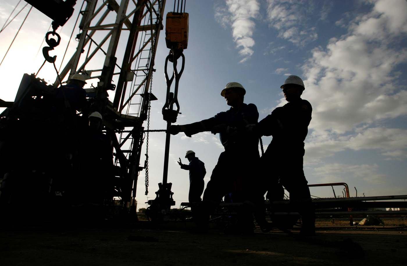 FOTO ARCHIVO: Se ven trabajadores petroleros en un campo petrolero en Cabimas, en el estado occidental de Zulia, cerca del Lago de Maracaibo, Venezuela, el 1 de marzo de 2008. Para unir el Informe Especial WHO-IARC / BENZENE REUTERS / Jorge Silva / Archivo Foto