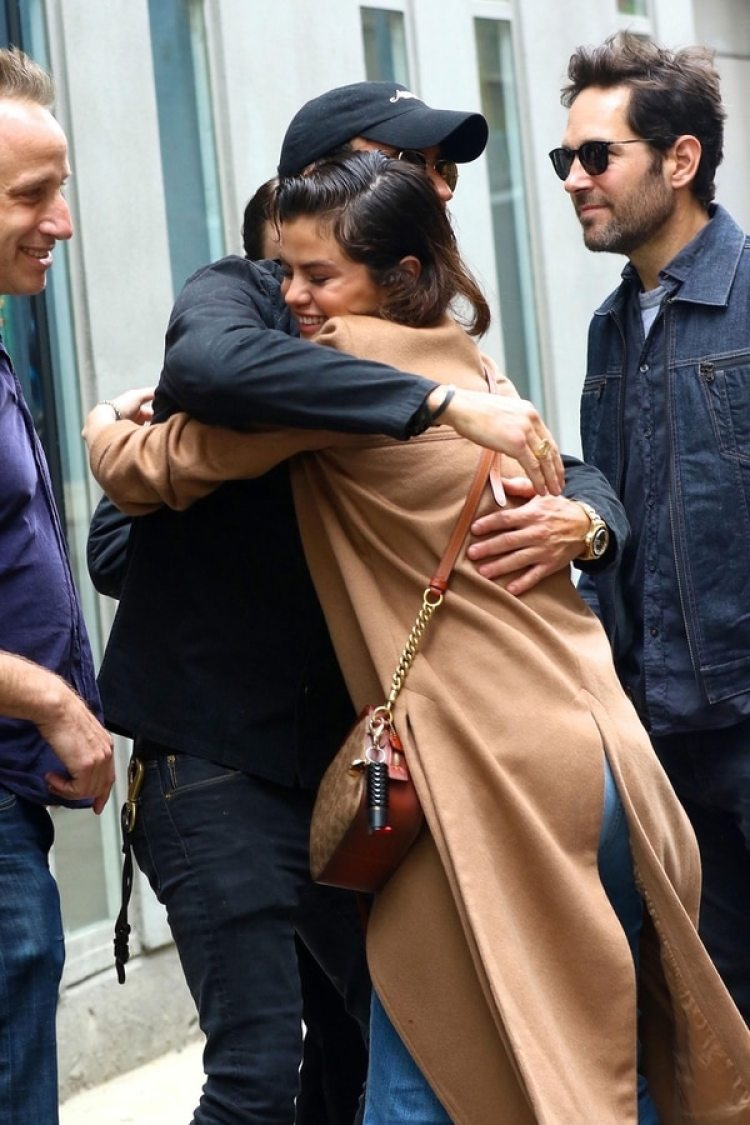 """La cantante de 25 años y el actor de 46 tienen """"algo más que una amistad"""", situación que habría molestado a Jennifer Aniston. Theroux fue visto muy cariñoso con Selena Gomez en las calles de Nueva York (Grosby Group)"""