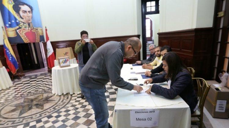 Un venezolano votando en Lima. Se registraron sólo 603 personas para participar de las elecciones, de un total estimado de 300.000 residentes (AFP)