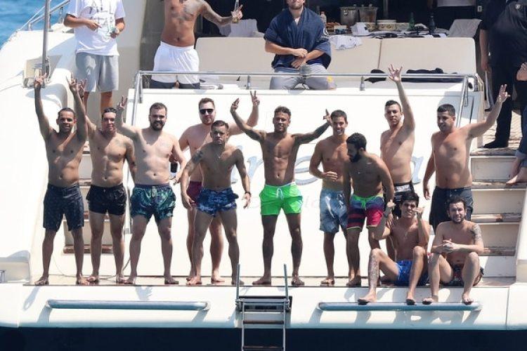 Neymar se va de vacaciones con sus amigos