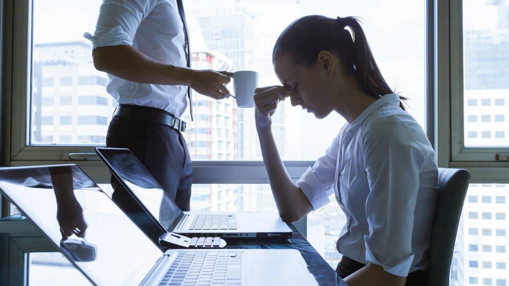 Foto: Una oficinista con mucho estrés. (iStock)