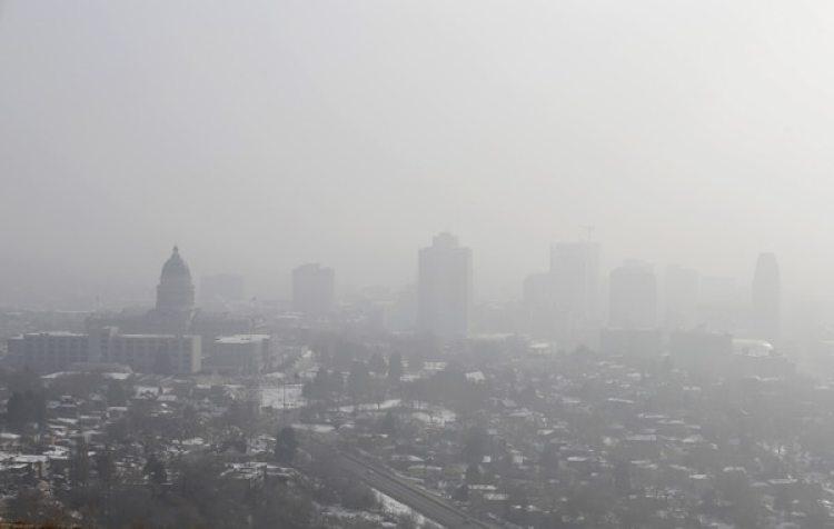 El Capitolio Estatal de Utah (izquierda) bajo una neblina (Bloomberg / George Frey)