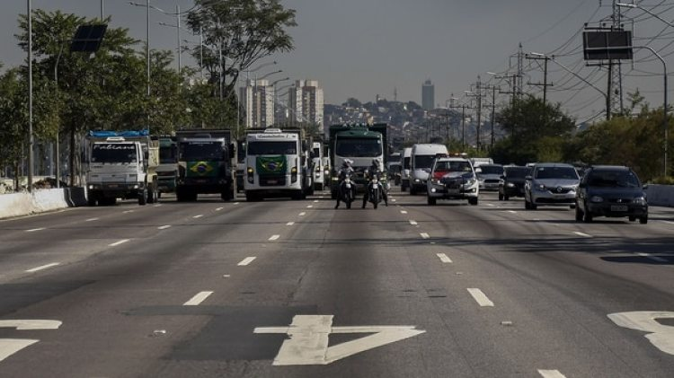 Según la Policía de Carreteras, desde tempranas horas de este lunes camioneros se concentraron en diferentes vías del país (AFP)