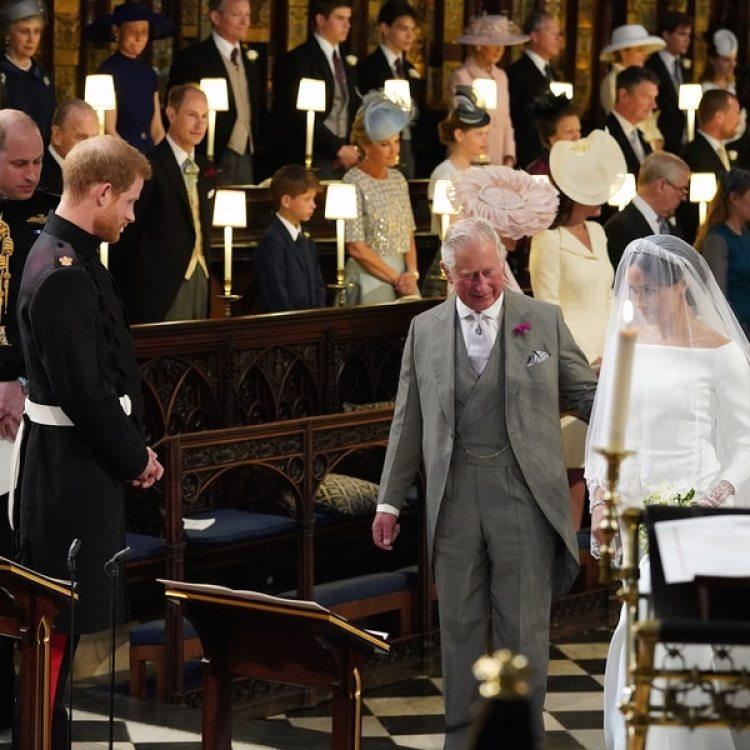 """El príncipe Carlos entrega a la novia Meghan Markle a su hijo, el príncipe Harry. El novio le dijo: """"Estás espectacular"""""""