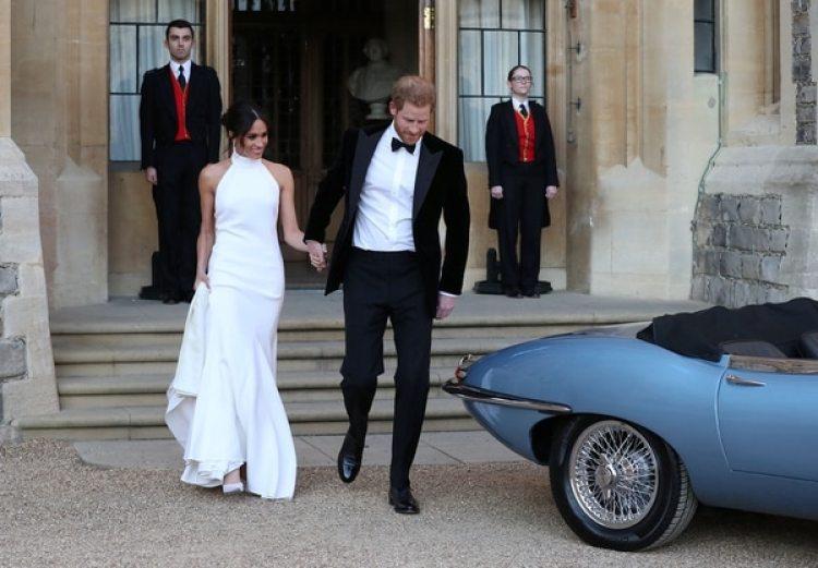 Los duques de Sussex saliendo del Castillo de Windsor camino a una recepción en la mansión Frogmore (Steve Parsons/Pool via REUTERS)