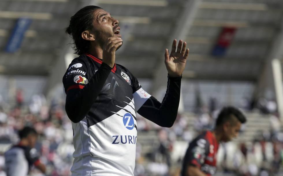 Morales, de los Lobos, durante un partido de Liga MX.