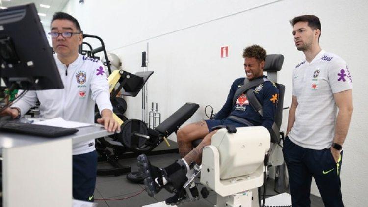 Neymar trabaja con el cuerpo médico de Brasil (EFE)