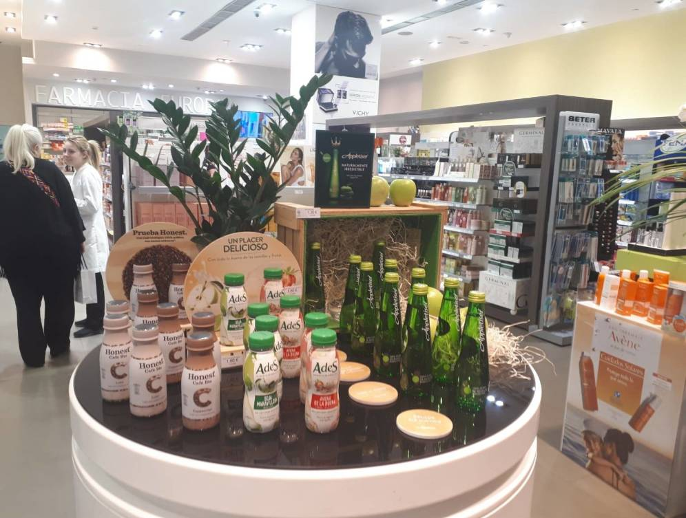 Foto: En las farmacias todo cabe... incluso los productos de Coca-Cola. (M. V.)