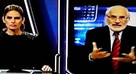 El expresidente Carlos Mesa durante la entrevista con Jimena Antelo