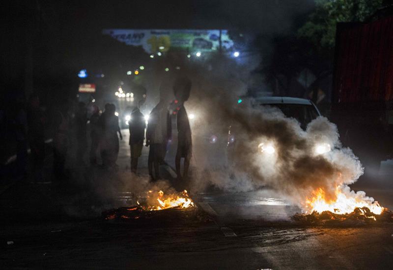 Manifestantes queman llantas en una vía hoy, 23 de mayo de 2018, durante protestas contra el gobierno de Daniel Ortega en Managua (Nicaragua). Hoy se cumplen 36 días en el país centroamericano de una crisis sociopolítica que se ha cobrado 76 vidas, según cifras de la Comisión Interamericana de Derechos Humanos (CIDH). EFE/Jorge Torres