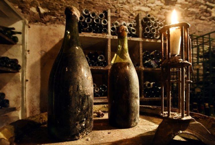 Botellas de Vin Jaune que serán subastadas este sábado (Reuters)