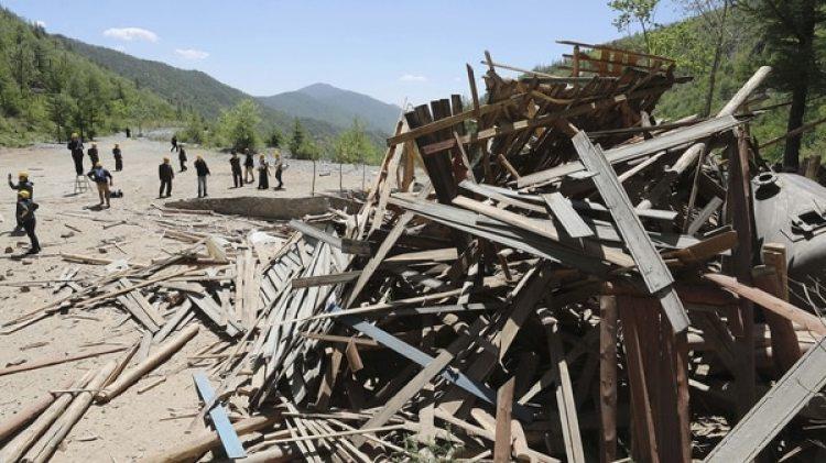 Las explosiones se emplearon para destruir también barracas, torres de observación y otras instalaciones (AP)