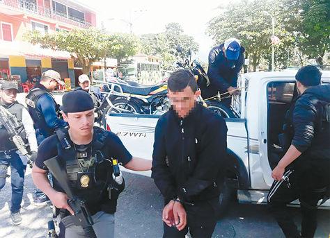 Operativo. Policía conduce al ciudadano A. R. a celdas policiales, luego de ser capturado en Villa Tunari.