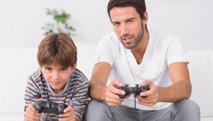 Imagen de niño y padre jugando juntos