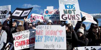 Jóvenes de Parkland apoyan boicot a supermercado por donaciones a político
