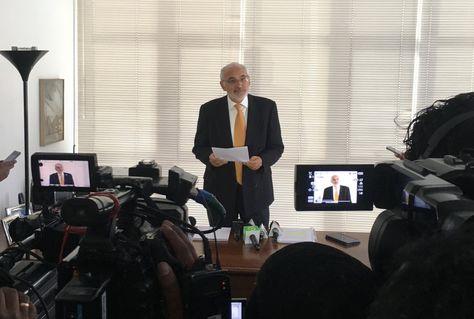 El expresidente Carlos Mesa en declaraciones a los medios en su despacho. Foto: @carlosdmesag
