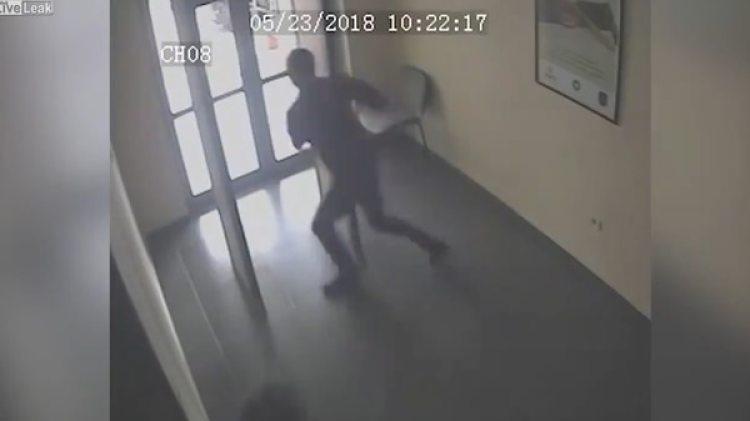 Salió por la puerta principal