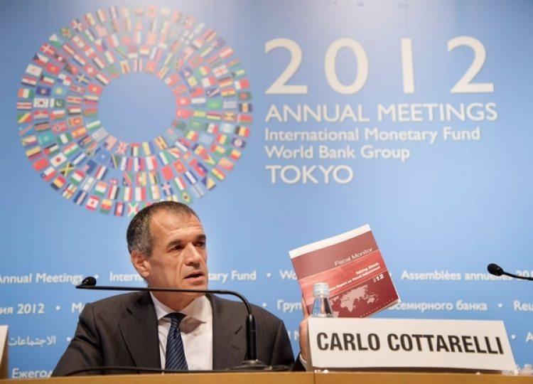 """Eleconomista y ex directivo del FMI Carlo Cottarelli fue convocado por el presidente italiano y podría ser candidato a convertirse en un primer ministro """"técnico"""" (Reuters)"""