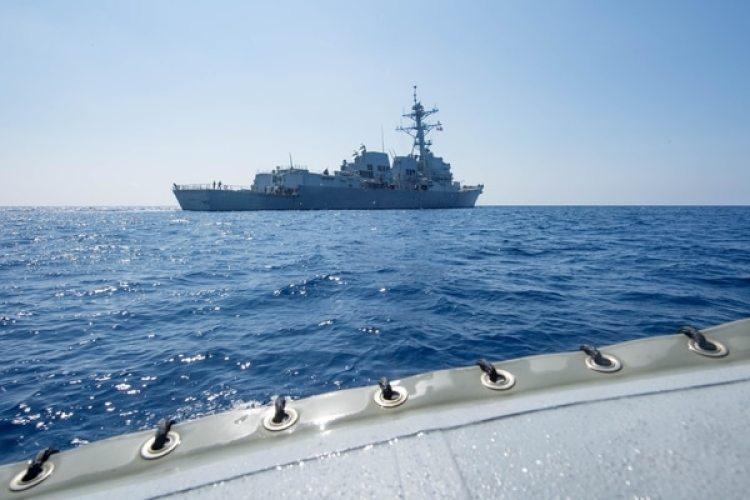 El buque de guerra estadounidense USS Dewey transitando por el Mar de China Meridional el 6 de mayo de 2017 (Reuters)
