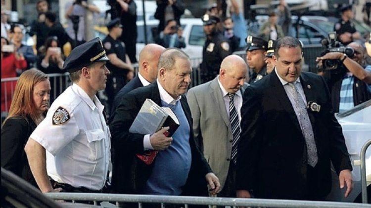 Harvey Weinstein entregándose a la justicia