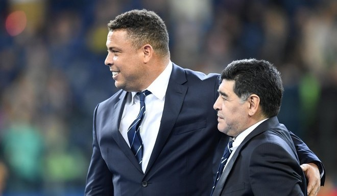 St.petersburg (Russian Federation), 02/07/2017.- Brazilian former soccer player Ronaldo (L) and Argentinian former soccer player Diego Maradona after the FIFA Confederations Cup 2017 final match between Chile and Germany at the Saint Petersburg stadium in St.Petersburg, Russia, 02 July 2017. (Brasil, San Petersburgo, Rusia, Alemania) EFE/EPA/GEORGI LICOVSKI rusia diego armando maradona Ronaldo campeonato torneo copa confederaciones 2017 futbol futbolistas partido final seleccion alemania chile