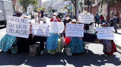 Pacientes con cáncer bloquean una avenida de Miraflores, en La Paz, por la falta tratamiento.