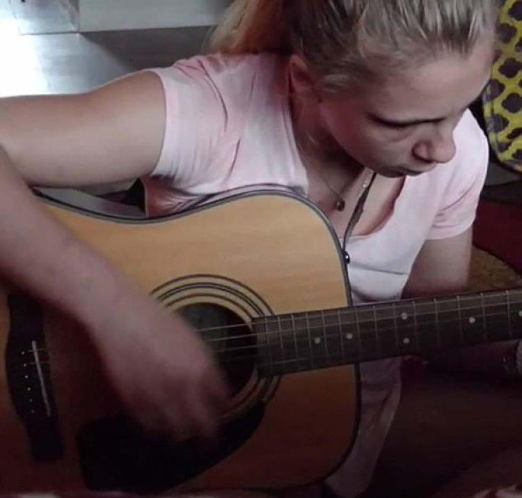 La guitarra es una de sus mejores compañías ahora. Trata de interpretar canciones de Coldplay y de animar su vida