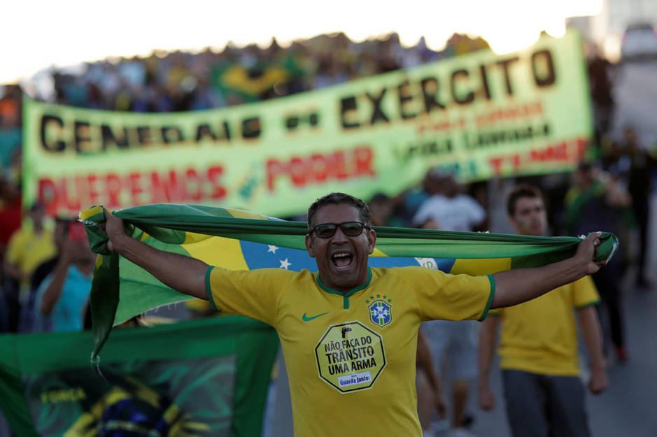 Manifestación contra Temer, a favor de los camioneros y de un golpe de estado en Brasilia, el 28 de mayo de 2018. (Reuters)