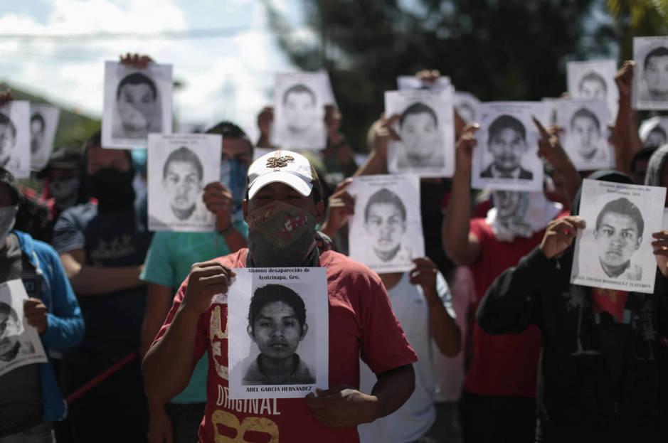 Estudiantes de la Escuela Normal Rural de Ayotzinapa protestan ante la Fiscalía en Chilpacingo, Guerrero. (Reuters)
