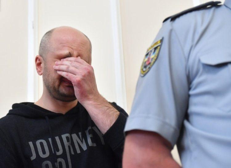 Arkadi Babchenkollora durante la conferencia de prensa en la que las autoridades revelaron la puesta en escena (AFP / Sergei SUPINSKY)