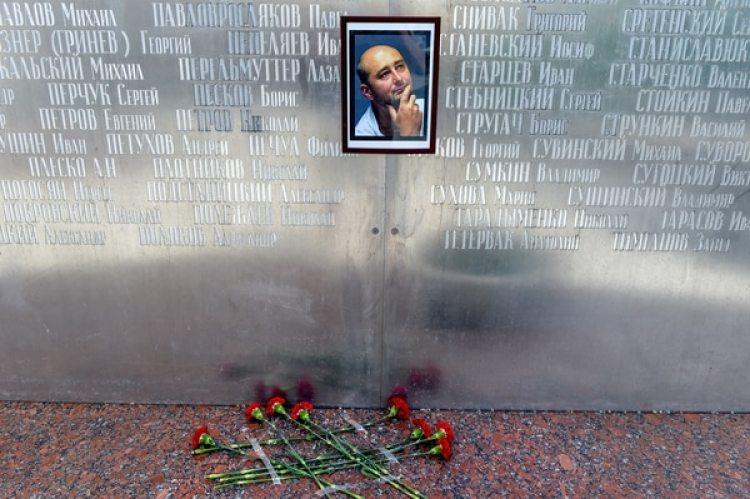 Flores bajo la foto de Babchenko en al muro de los periodistas en Moscú (AFP / Vasily MAXIMOV)