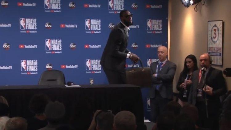 LeBron se enojó y abandonó la sala de conferencia