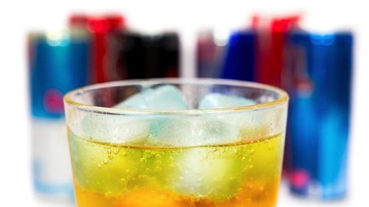 Las bebidas energizantes conllevan el peligro del aumento de la frecuencia cardíaca. (iStock)