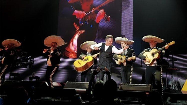 En las plataformas digitales, el artista de 48 años está batiendo récords, y en Spotify ha logrado posicionar en el top 200 de México tres decenas de sus canciones de manera simultánea