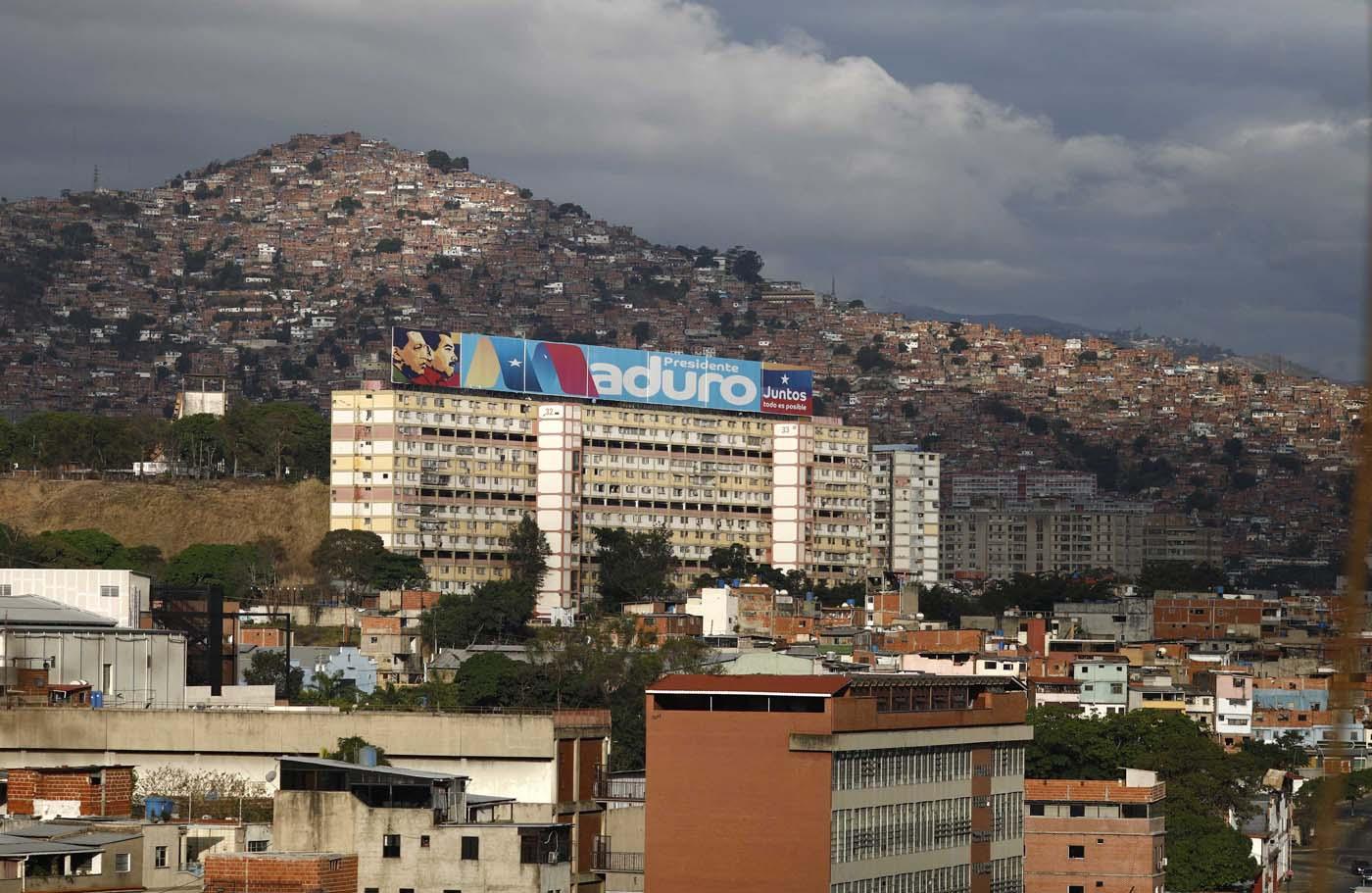 Un gran cartel que apoya al presidente venezolano, Nicolás Maduro, se encuentra sobre un edificio durante las elecciones presidenciales en Caracas, Venezuela, el 20 de mayo de 2018. REUTERS / Marco Bello
