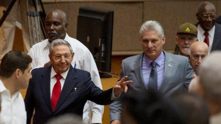 Raúl Castro y Miguel Díaz-Canel en la Asamblea Nacional de Cuba (Imagen de archivo. Reuters)