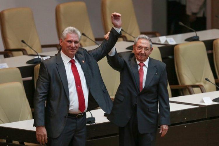 El abrazo entre Raúl Castro y Miguel Díaz Canel tras su elección como nuevo presidente de Cuba el 19 de abril (Reuters)