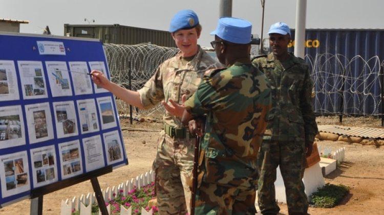 La ingeniera y teniente coronel del ejército británico Katie Hislop con las tropas de la ONU. Foto cortesía de la teniente