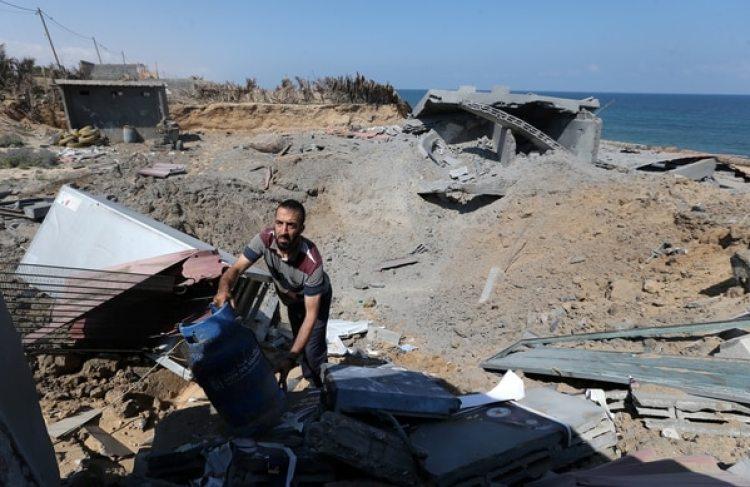 Un palestino revisa los escombros de una estructura destruida por un bombardeo israelí (Reuters)