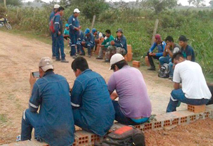 TRABAJADORES BOLIVIANOS DURANTE UNA DENUNCIA DE MALTRATO POR EMPRESARIOS CHINOS EN LA CONSTRUCCIÓN DE CARRETERA.