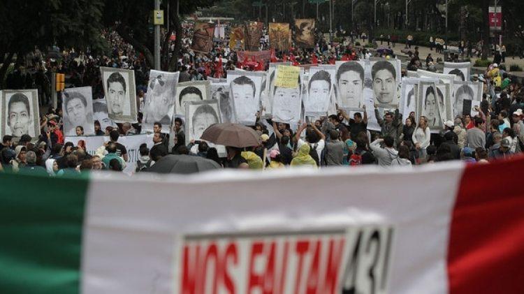 Una manifestación en reclamo por los 43 estudiantes de Ayotzinapa (EFE)