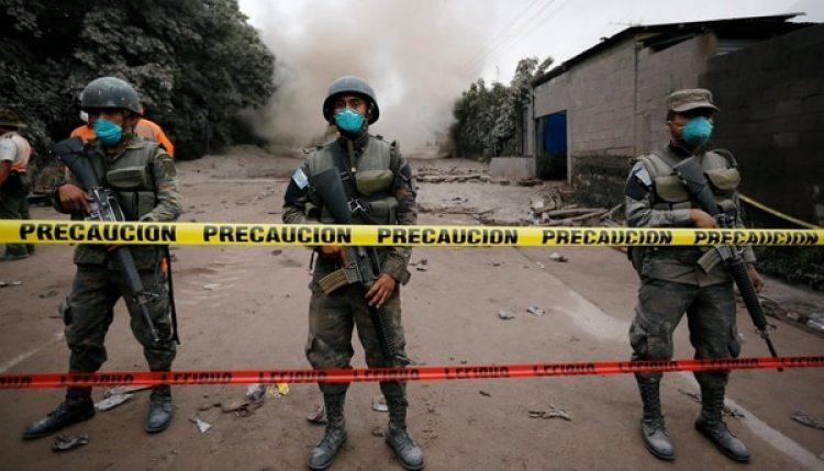 Soldados resguardan una zona afectada por la ceniza volcánica (Reuters)