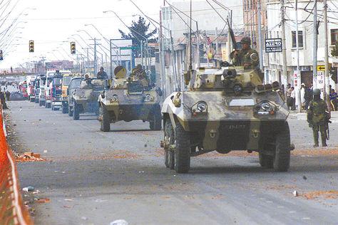 Protestas. Militares salieron a las calles a aplacar las protestas en octubre de 2003.