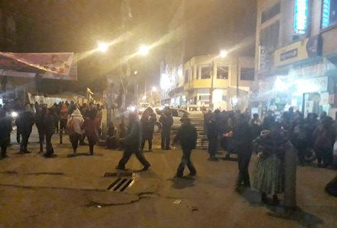 Un grupo de personas mantiene el bloqueo en una calle cercana a la UPEA, en la avenida Juan Pablo II de El Alto.