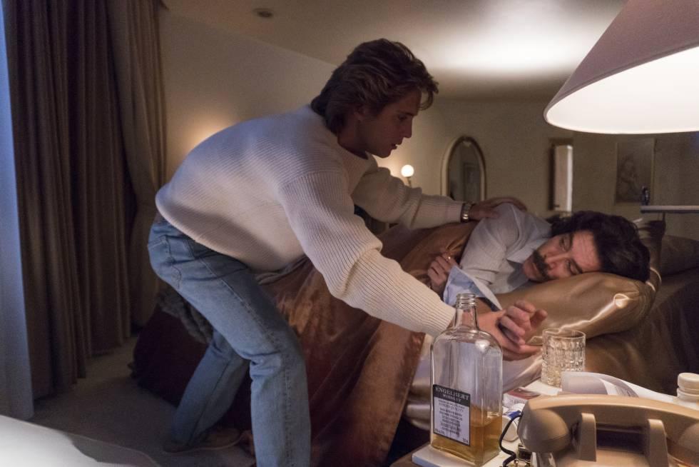 Luis Miguel consuela a su padre en la serie.