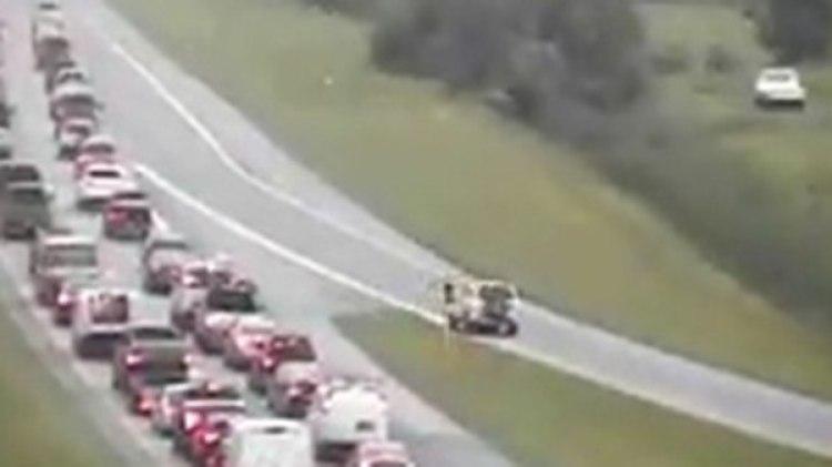 El conductor manejaba en el sentido correcto, hasta que decidió tomar una salida en reversa