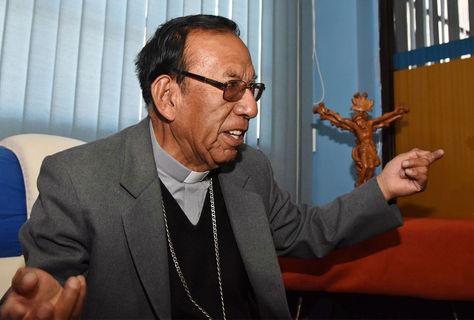 El cardenal Toribio Ticona en su oficina de la Conferencia Episcopal de Bolivia (CEB).