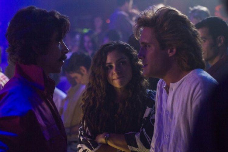 Según la serie, Luisito Rey (izquierda, interpretado por el actor Óscar Jaenada) se interpuso en la relación de Luis Miguel y Mariana
