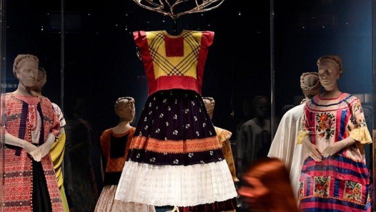 Definieron siempre el estilo de la pintora mexicana, su peculiar modo de vestir, con trajes típicos a su nación
