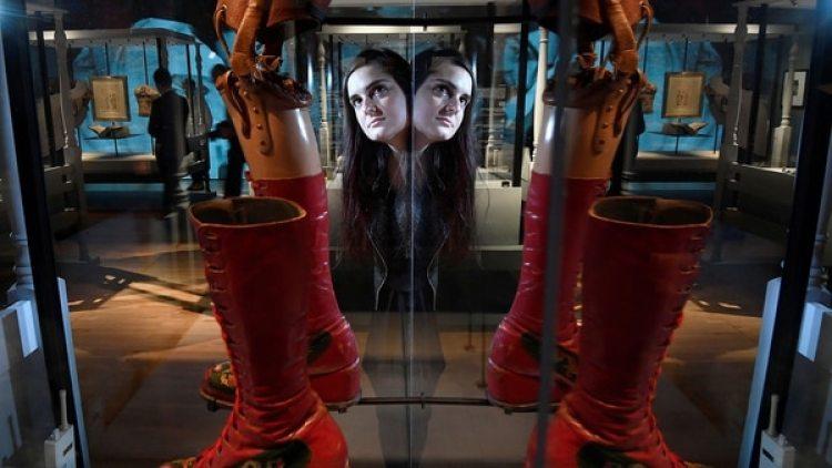 El lápiz de cejas, el labial, la ropa y la pierna protésica de Frida figuran entre las pertenencias de la artista que serán exhibidas en Londres